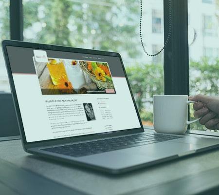 webdesign op bureau met hand en koffie